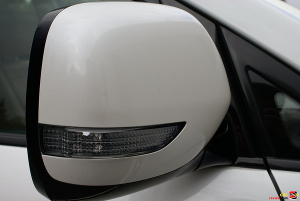 Body-color power mirrors with integrated turn signals