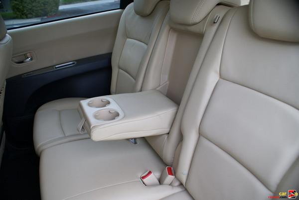 40/20/40-split flat-folding 2nd-row seatbacks