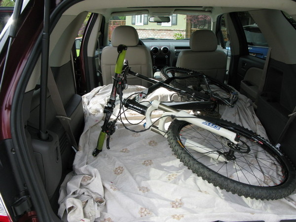 Ford Taurus X cargo room with full mountain bike