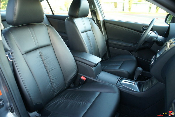 Leather-appointed seats, Front sliding armrest