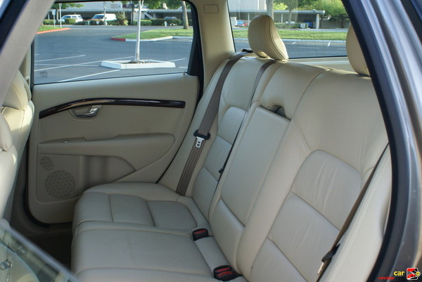Flat-folding three-split 40/20/40 rear seat