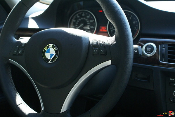 3-spoke leather-wrapped multi-function steering wheel