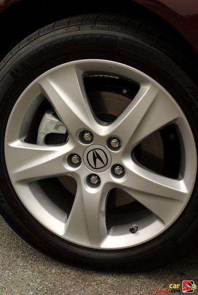 17 x 7.5 aluminum-alloy wheels
