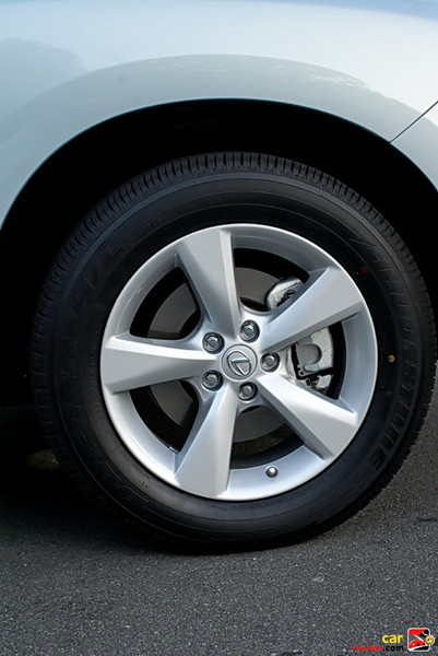 18 x 7.5-in five-spoke alloy wheels