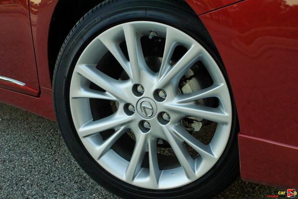 18 x 7.5-in split five-spoke alloy wheels
