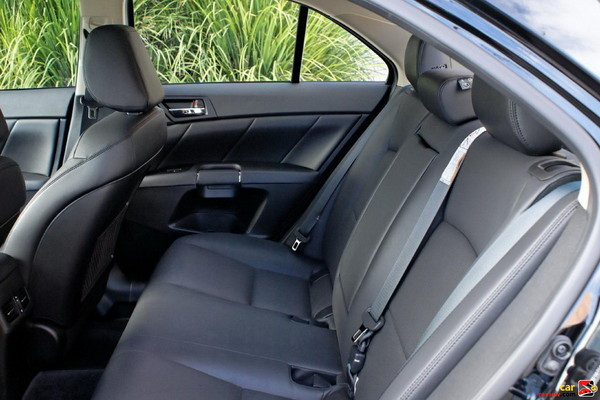 60/40-split folding rear seat with center pass-through