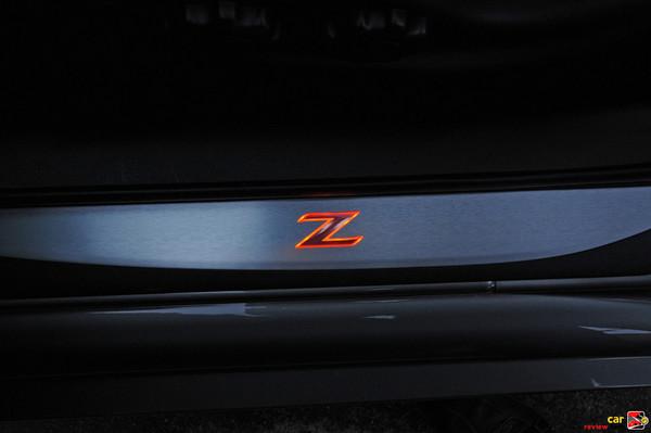 Illuminated door sil panel