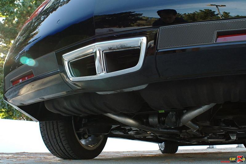Center-mounted rear-fascia exhaust
