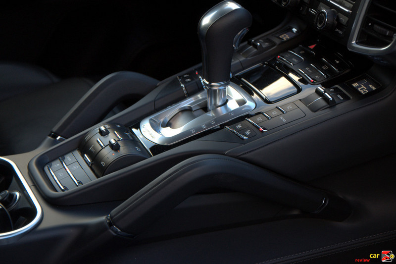 Tiptronic S automatically adapts the gearshift points for performance drivi