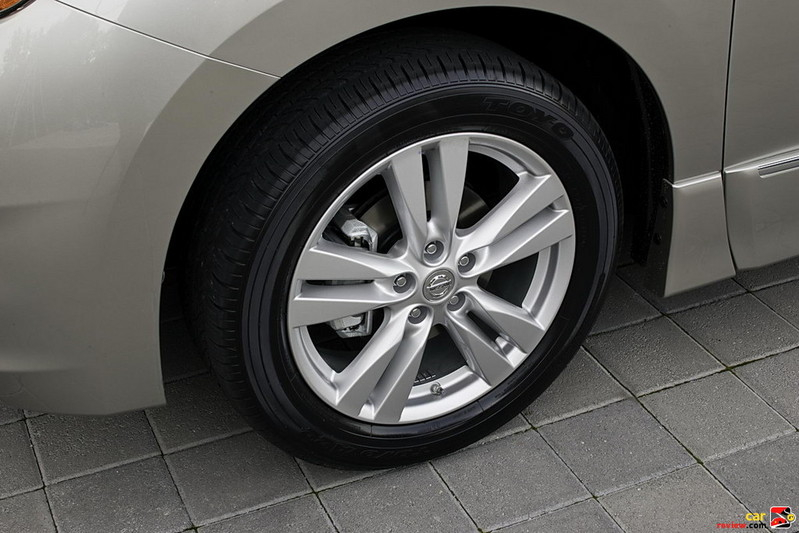 "18"" x 7"" aluminum-alloy wheels"